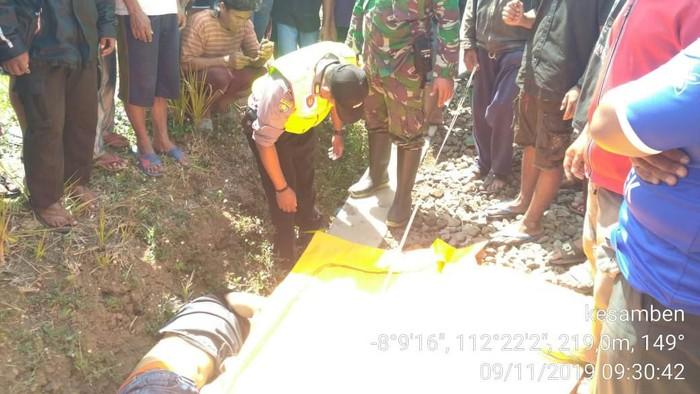 Jenazah korban ditemukan tergeletak di tepi rel (Foto: Istimewa)