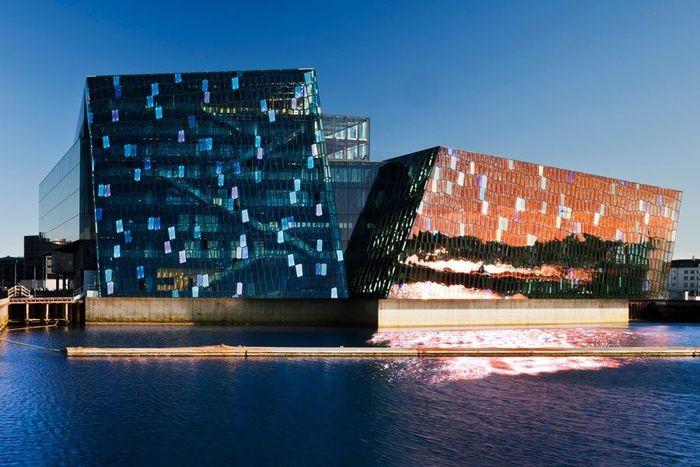 Ruang Konser dan Pusat Konferensi HARPA. Arsitektur Henning Larsen berhasil membuat desain bangunan yang memikat penduduk Islandia. Di malam hari, strip eksterior LED diaktifkan sehingga menjadi bangunan cantik yang berkilauan. Istimewa/Dok. architecturaldigest.