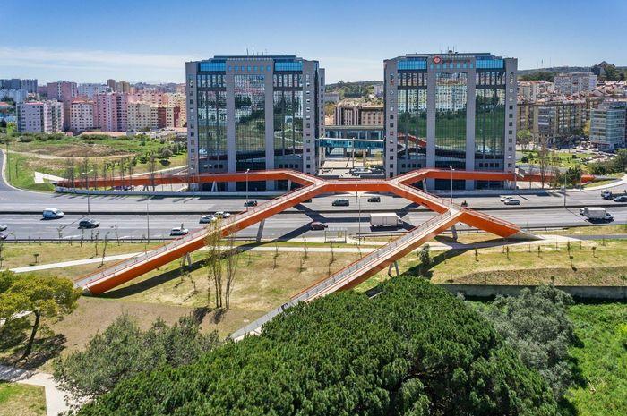 Ponte Segunda Circular - Portugal. Jembatan yang dirancang dengan bentuk ini berlokasi di Lisbon, Portugal. Jembatan yang berdiri di atas jalan tol ini merupakan rancangan Maximina Almeida dan Telmo Cruz dari MXT Studio. Istimewa/Dok. Architectural Digest.