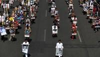Suasana Kota Surabaya nampak meriah. Ribuan orang berjajar di sisi kanan dan kiri jalanan kota untuk menyambut arak-arakan Parade Juang dalam Peringatan Hari Pahlawan yang jatuh setiap tanggal 10 November, Surabaya, Jawa Timur, Sabtu (9/11/2019).