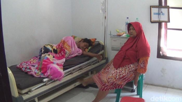 Salah satu warga yang keracunan berkat (Foto: Enggran Eko Budianto/File)