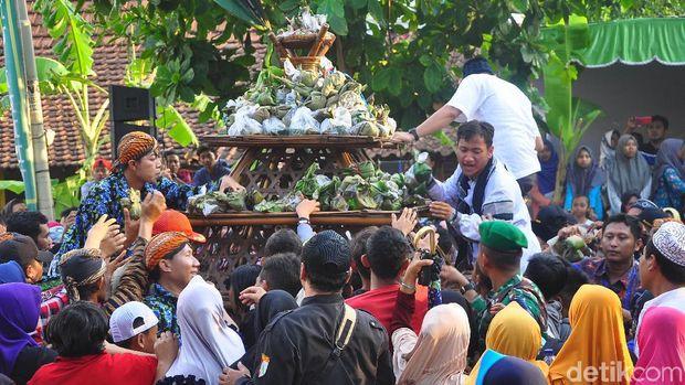 Meriahnya Berebut Berkah dari Festival Ampyang Maulid di Kudus