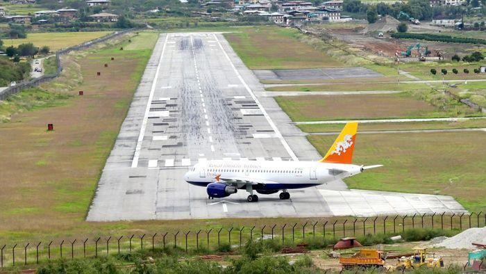 Paro AIrport - Bhutan. Paro Airport adalah bandara internasional satu-satunya di Bhutan. Bandara ini memiliki lokasi yang sangat menantang dan hanya digunakan oleh tiga maskapai penerbangan. Bandara terpencil ini dikelilingi pegunungan Himalaya, sehingga pilot pesawat harus mengambil sudut kanan tajam untuk mendarat. Istimewa/Dok. Medium.