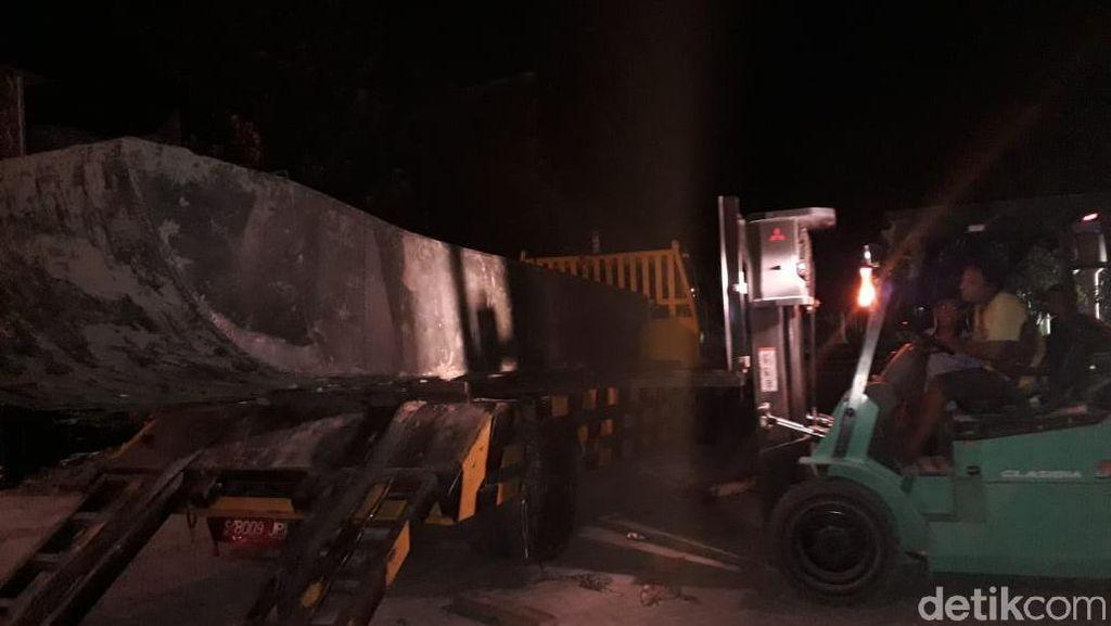 Perahu Baja Kedua Berhasil Diangkat, Langsung Dibawa ke Kantor Disparbud