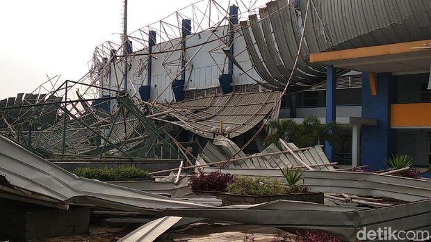 Atap Stadion Bola di SOR Arcamanik Ambruk Diterjang Hujan Angin