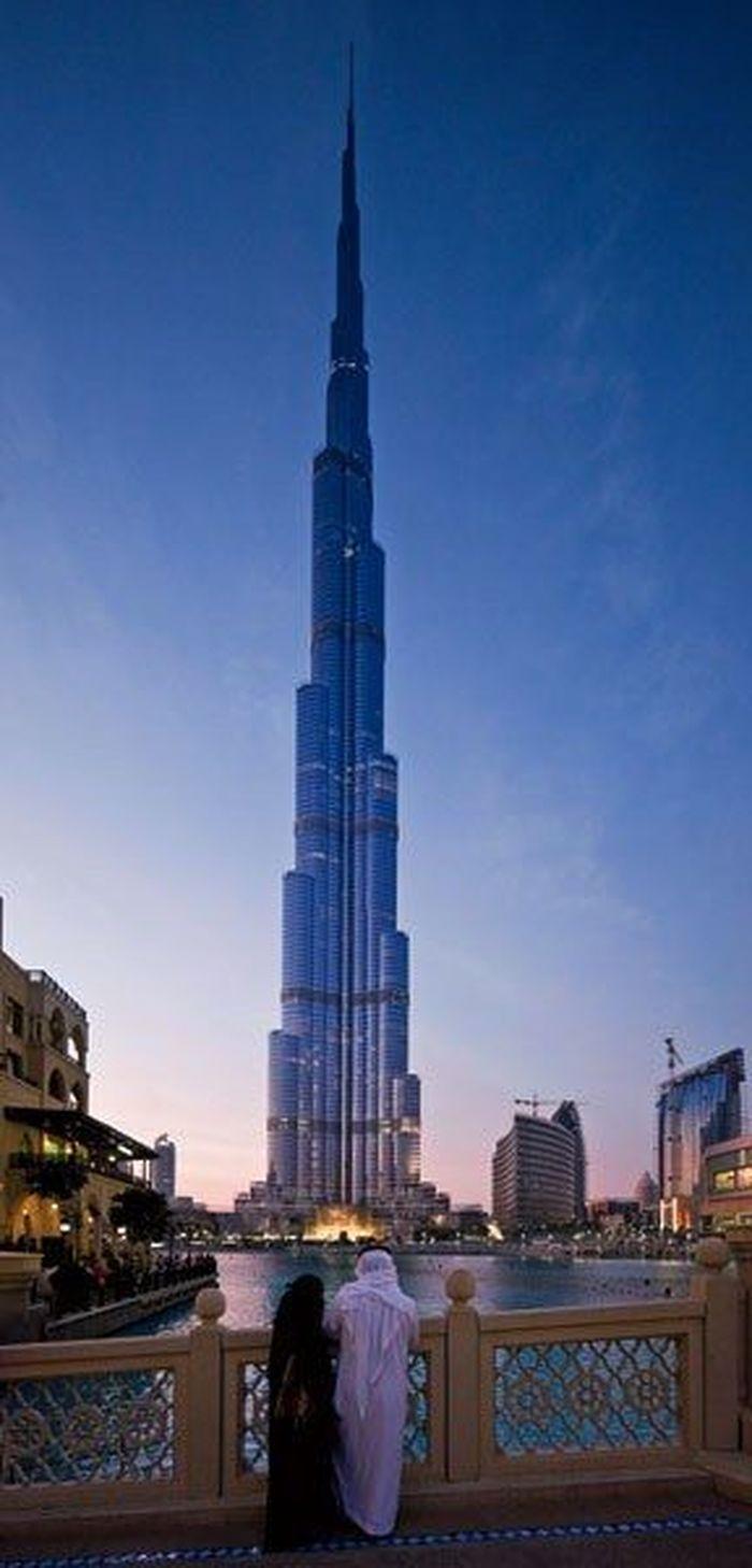 Burj Khalifa memiliki ketinggian 2.717 kaki menjadikan gedung ini sebagai gedung pencakar langit tertinggi di dunia. Terletak di Dubai, Burj Khalifa terdiri dari 162 lantai mulai dari perkantoran, tempat tinggal, restoran, hingga hotel. Istimewa/Dok. architecturaldigest.