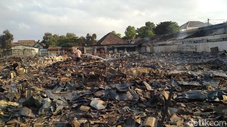 Pasar Ngunut yang Terbakar Masih Dilakukan Pembasahan