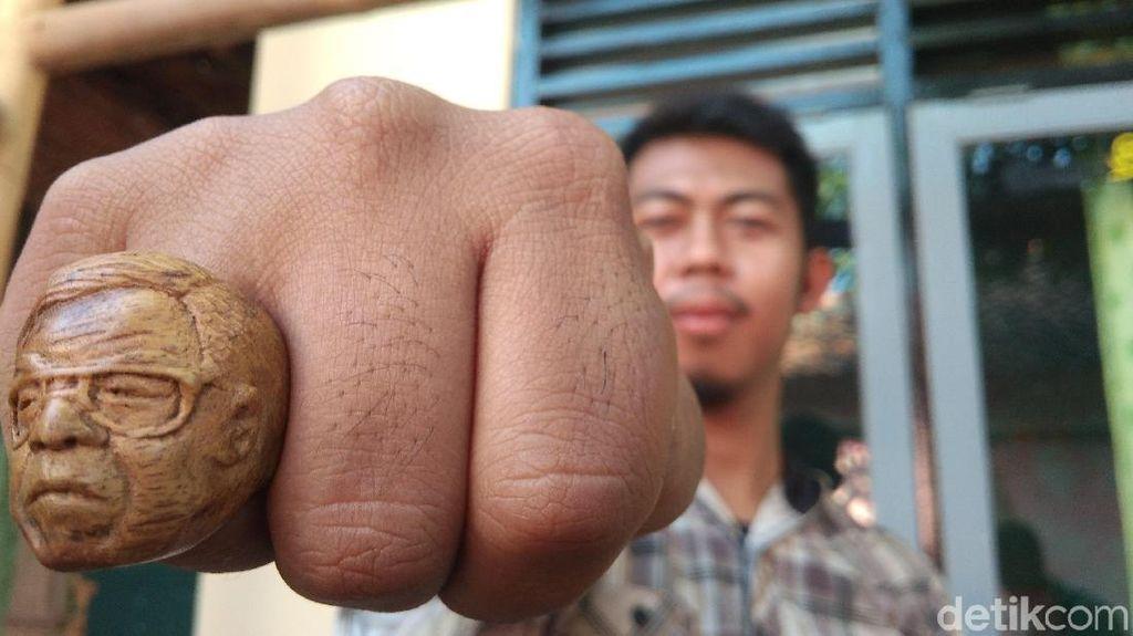 Pria di Cirebon Sulap Limbah Kayu Jadi Cincin Jokowi dan Gus Dur
