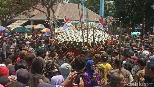 Grebeg Mulud, Keraton Surakarta Bagikan 2 Pasang Gunungan Nasi