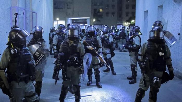 Polisi Hong Kong siaga di dekat area permukiman usai terlibat bentrokan dengan demonstran (AP Photo/Kin Cheung)