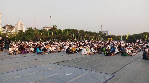Warga mulai berdatangan ke Monas menghadiri acara Maulid Nabi Muhammad SAW.