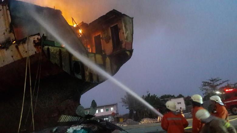 Kapal Kargo di Marunda Jakut Terbakar, 7 Unit Mobil Damkar Dikerahkan