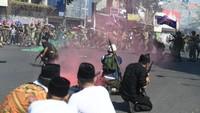 Tak selesai di situ, rangkaian acara pun berakhir di Taman Bungkul Surabaya. Sebelum sampai Bungkul, Risma juga sempat menyerahkan senjata kepada para veteran.