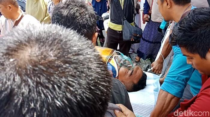 KSPKT 1 Polsek Sirenja Aipda Nabud Salama diterbangkan ke Makassar untuk mendapat perawatan lebih intensif (M Qadri/detikcom)