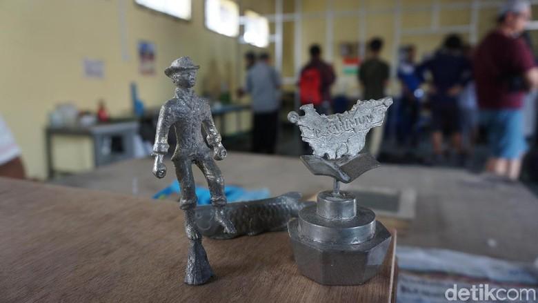 Kerajinan timah yang jadi suvenir di Karimun (Foto: Ahmad Masaul Khoiri/detikcom)