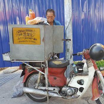 Sebatang Kara, Kakek 80 Tahun Ini Jual Sandwich untuk Cari Uang
