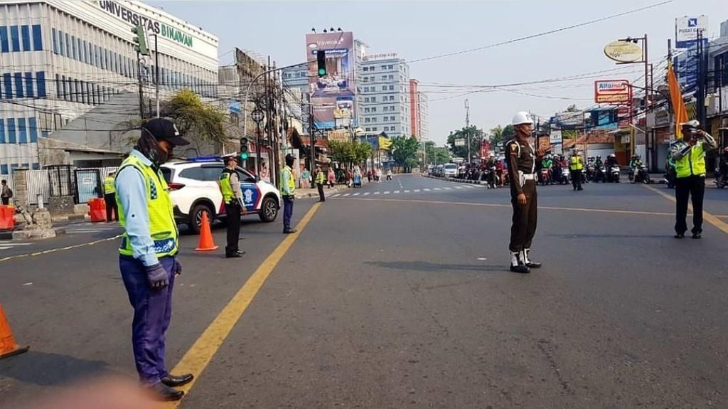 Momen Polisi Hentikan Kendaraan untuk Mengheningkan Cipta di Hari Pahlawan