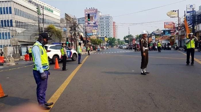 Momen polisi hentikan pengendara untuk peringati hari pahlawan (Foto: TMC Polda Metro Jaya)