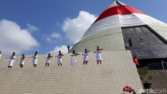 Pengibaran bendera merah putih raksasa saat upacara peringatan hari pahlawan di Monjali Yogyakarta.