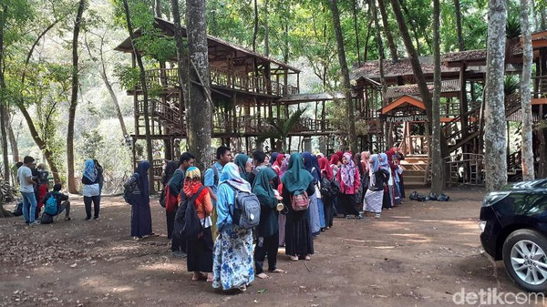 Coban Jahe dikelola oleh Perum Perhutani KPH Malang. Tiket masuknya cukup murah, harga tiket masuknya dibanderol sebesar Rp 10 ribu. (Muhammad Aminudin/detikcom)