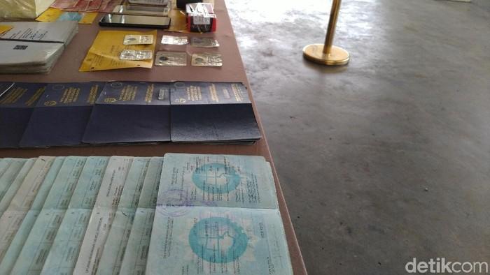 Foto: Barang bukti buku KIR dan STNK palsu (Sachril-detikcom)