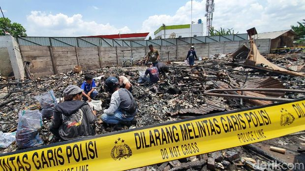 Pedagang Cari Barang Tersisa di Area Kebakaran Pasar Pelita Sukabumi