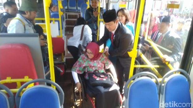 Uji coba bus low deck di Semrang