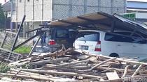 Kampus di Bojonegoro Ini Diterjang Angin Kencang, 3 Mobil Tertimpa Atap