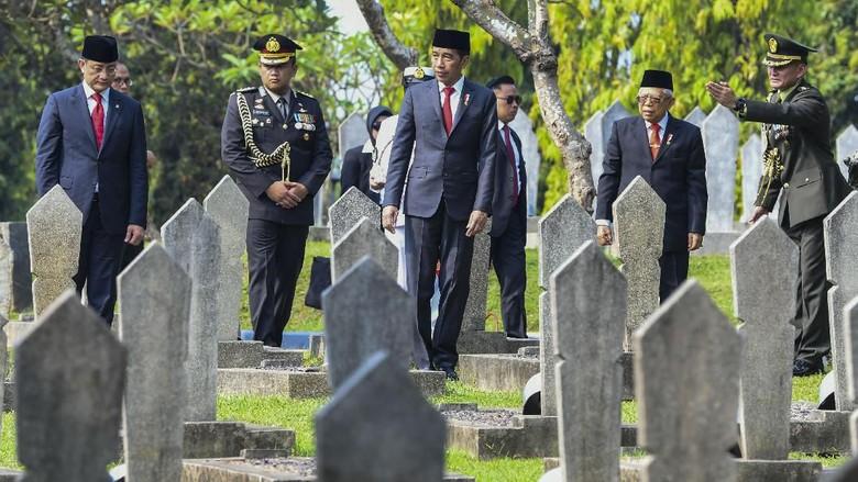 Jokowi di Antara Pusara Para Pahlawan