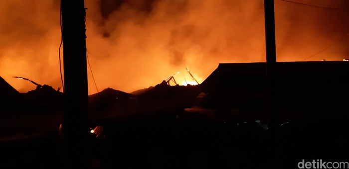 Foto: Pasar Baros Serang terbakar (Bahtiar-detikcom)