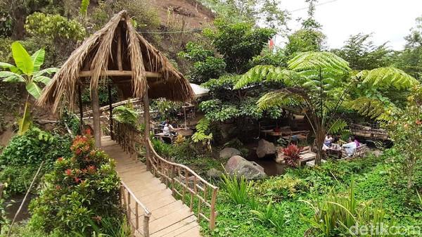 Banyak wisatawan datang dari Surabaya, Tulungagung, Blitar dan daerah lain. Di sini bisa menginap, ada penginapan berupa rumah pohon dengan harga Rp 100 ribu semalam. (Muhammad Aminudin/detikcom)