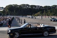 Naik Toyota Century Atap Terbuka, Kaisar Jepang Sapa Warga