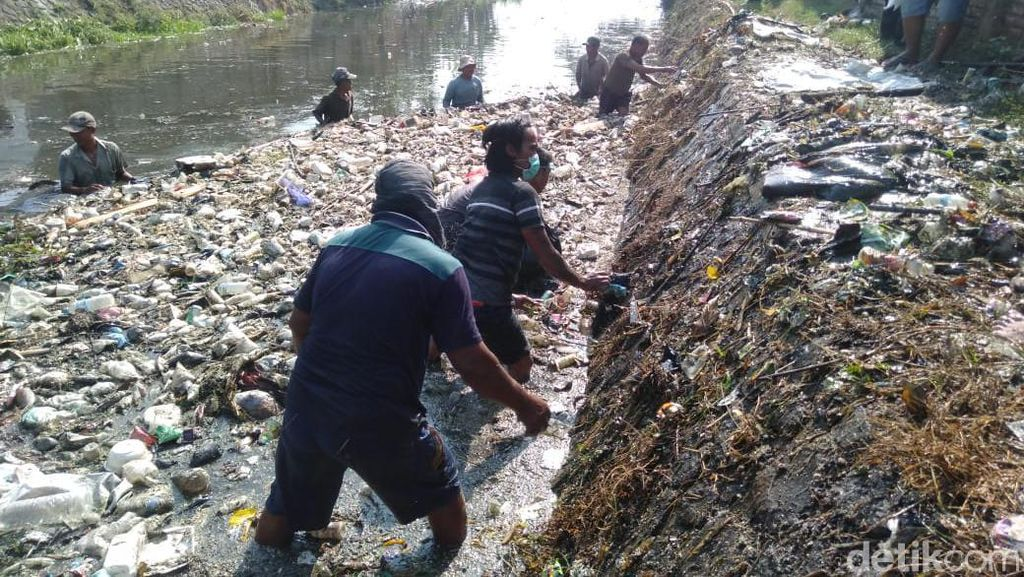 Penuh Sampah, Warga Gotong-royong Bersihkan Sungai Ledeng