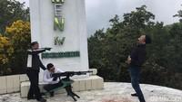 Di sekitar monumen terdapat beberapa replika senapan mesin. Pengunjung sering menggunakan senapan ini untuk berfoto-foto dengan lagak sedang berperang. (Muhammad Nur Abdurrahman/detikcom)