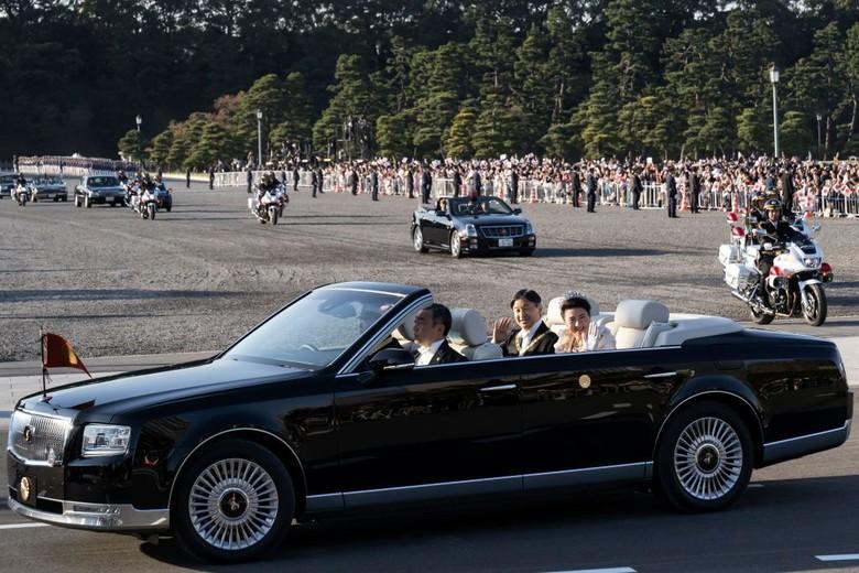 Iring-iringan Penobatan Kaisar Jepang, Pakai Toyota Century. Foto: Tomohiro Ohsumi/Getty Images