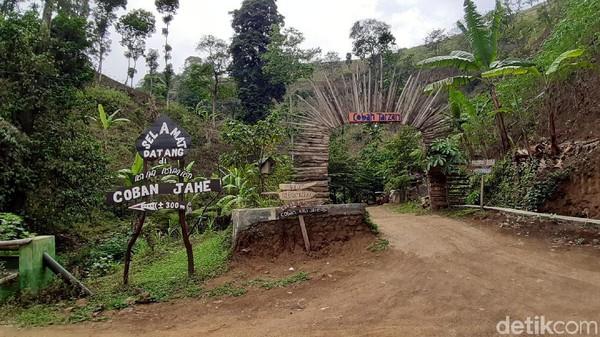 Coban Jahe di Malang tak hanya punya satu air terjun, tapi 3 sekaligus di satu lokasi. Ketiganya sama-sama cantik dan menawan. (Muhammad Aminudin/detikcom)