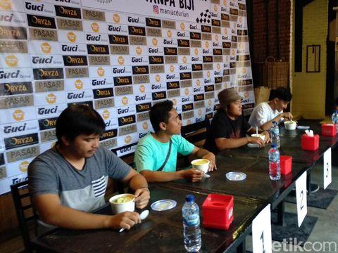 Seru dan Asyik! Lomba Makan Durian di Pasar Cisangkuy Bandung