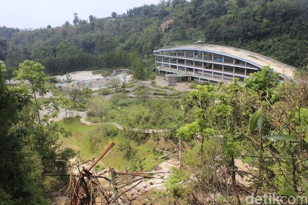 Suasana di lokasi eks wisata Kampung Gajah begitu hening. Hanya terdengar suara gesekan dedaunan yang tertiup angin dan rerumputan liar yang lebat (Yudha Maulana/detikcom)