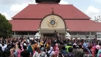 Pindah ke Yogyakarta, agaknya Kota Pelajar ini tidak pernah surut dikunjungi wisatawan. Alun-alun Keraton pun jadi favorit untuk menyaksikan momen Tahun Baru (Misericordias Domini/detikcom)