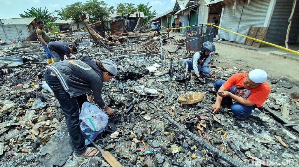Pedagang Pasar Pelita Sukabumi Pungut Barang Tersisa di Area Kebakaran