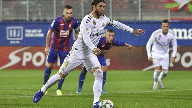 Sergio Ramos cetak gol ke gawang Eibar melalui eksekusi penalti. (