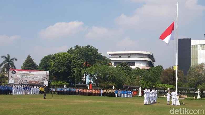 Upacara Hari Pahlawan di Surabaya Berlangsung Khidmat, Ini Pesan Khofifah