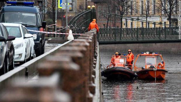 Sokolov dievakuasi dari Sungai Moika sambil membawa ransel berisi potongan tangan kekasihnya