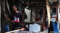 Warga yang tinggal di kawasan ini kebanyakan mencari nafkah sebagai pedagang maupun pengamen.