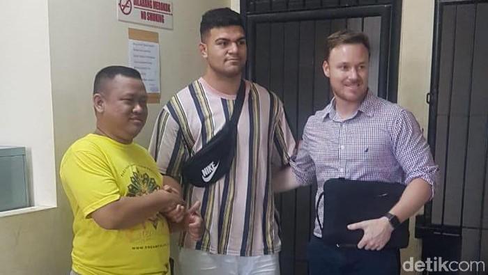 Foto: Fifita (tengah) bersama manajer dan korban Dani Irawan (baju kuning)/dok. Istimewa