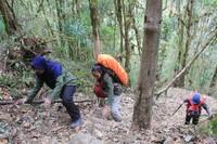 Saat mendaki gunung, Nenek Yuni pun ditemani anak-anaknya (Istimewa)