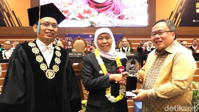 Khofifah menerima penghargaan sebagai Alumni Berprestasi Unair (Foto: Hilda Meilisa Rinanda)