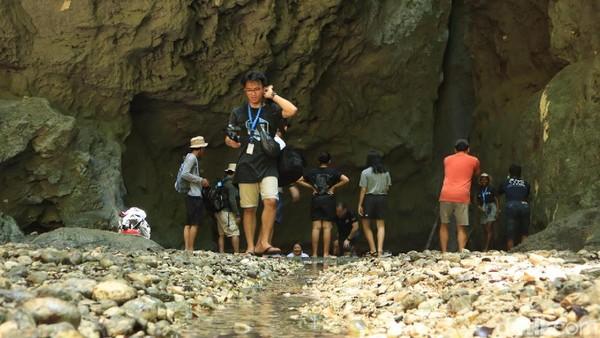 Ketika detikcom datang, tak sedikit wisatawan yang membasahi diri dengan melompat ke dalamnya. Rasanya sulit juga menolak kesegaran air di kolam tersebut (Randy/detikcom)