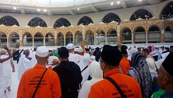 Jemaah umrah marbut dan majelis taklim DKI Jakarta menunaikan tawaf wada sebelum pulang ke Tanah Air.Foto: Kanavino/detikcom