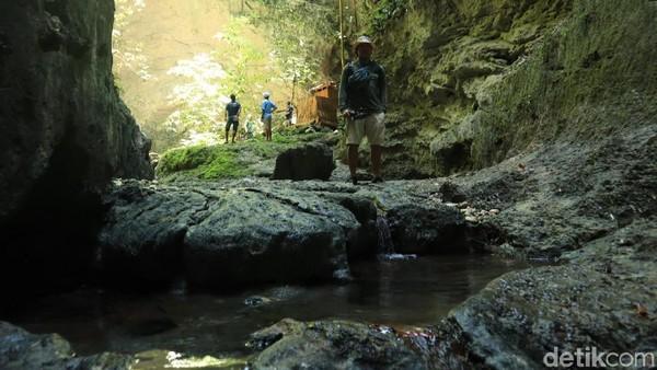 Pastikan kamu memakai sandal gunung atau alas sandal yang nyaman saat trekking di sini ya (Randy/detikcom)